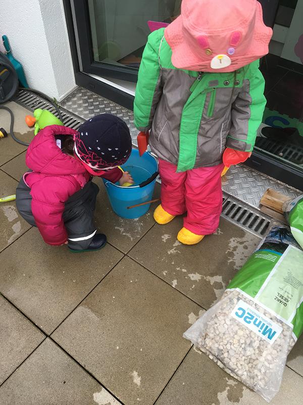 マッチホーゼを履いて水遊びをする子供たち