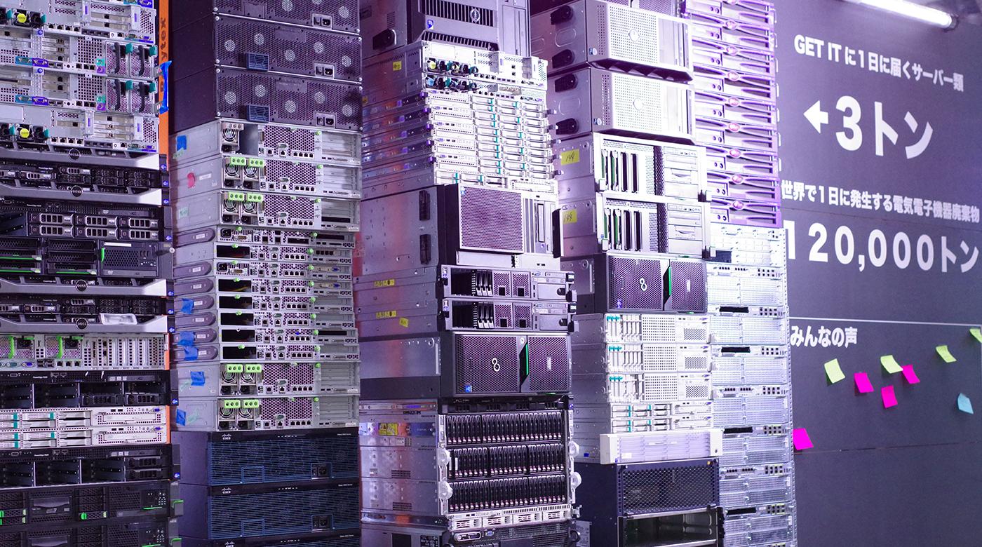 古IT機器を壁状に積み上げて固定した「サーバーウォール」の展示