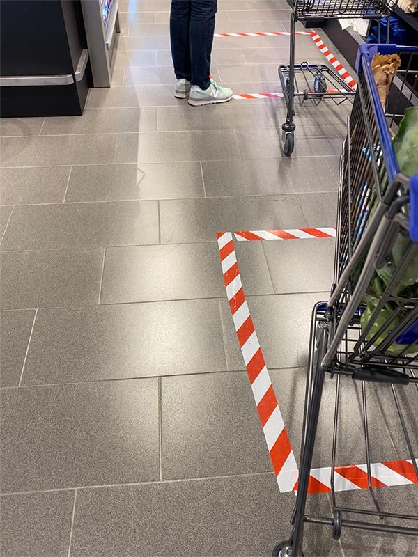 買い物のレジ待ちは間隔をあけるように印がしてある様子