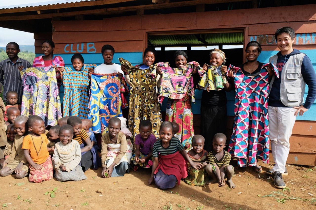 洋裁技術を学ぶシングルマザーなど紛争によって被害を受けた女性とその子どもたちと(右端が小川真吾氏)