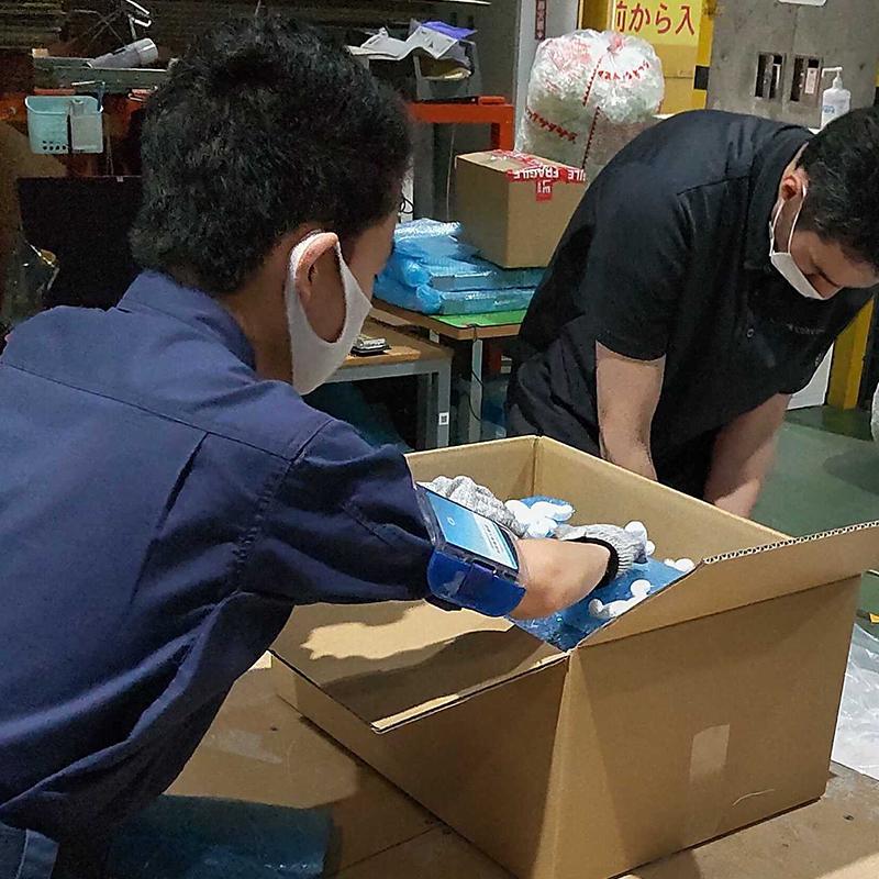 就業体験のひとつとしてリユースPCの梱包を行う東京都立永福学園の生徒さん